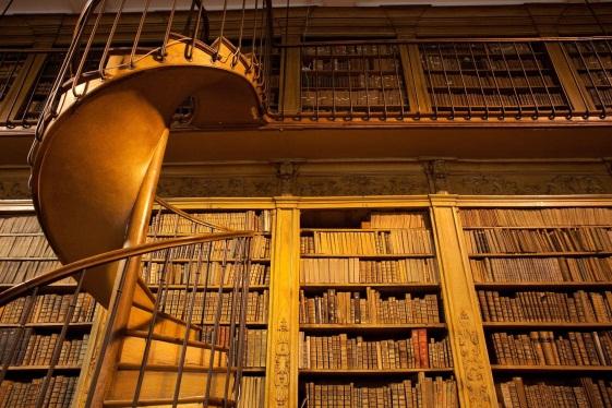 Escalier tournant de la salle d'étude de la bibliothèque de Châlon-sur-Saône
