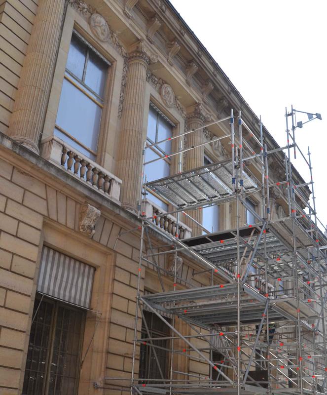 Les échafaudages sur la façade de la cour Vivienne © Agathe Billois / BnF